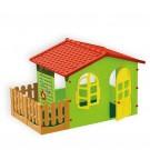 Zaļš bērnu māja ar žogu un lapene